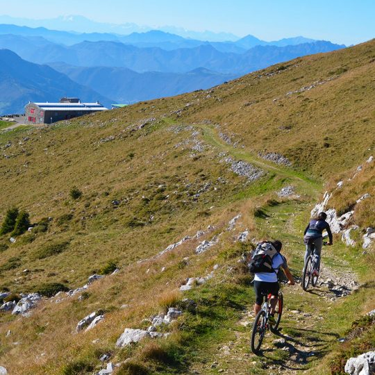 Ciclisti al Rifugio Almici sul Monte Guglielmo