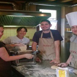 preparazione della pasta durante il corso di cucina