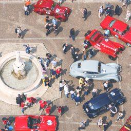 Piazza con auto d'epoca per la Mille Miglia a Brescia