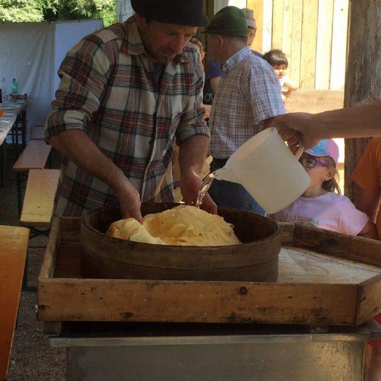 Malga Casine preparazione formaggio