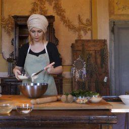 Elisa Gennari della Cooperativa L'Antica Terra makes Casoncelli