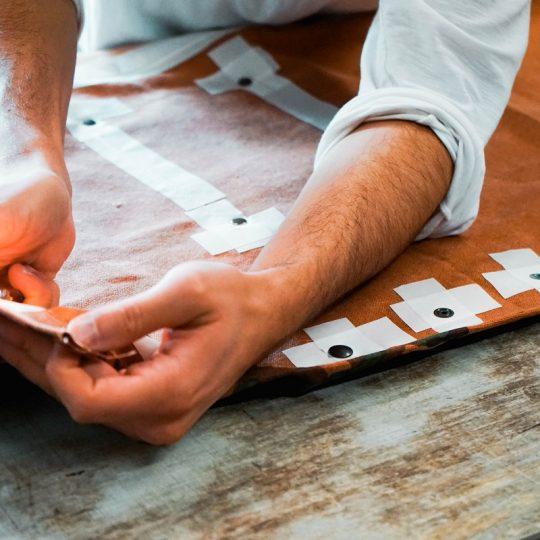 mani che lavorano pelle artigiani cuoio