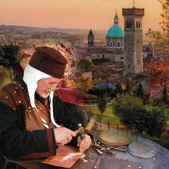 Scorcio sulla Rocca di Lonato del Garda con personaggio in costume medioevale.