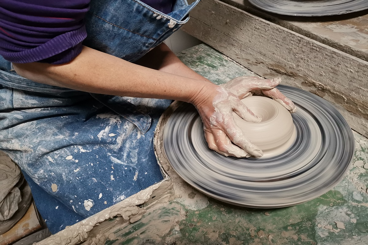 lavorazione a mano ceramica