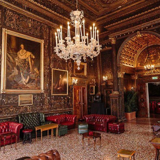 Allestimento di mobili antichi e Vintage in palazzo a cura di Baratti