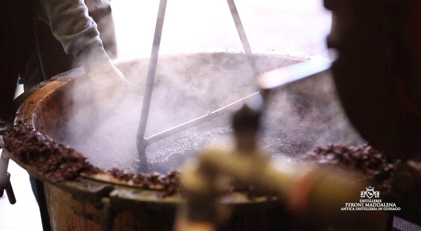 Lavorazione della distilleria Peroni di Gussago