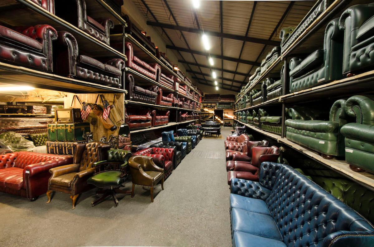 Magazzino di Baratti Antichità a Dello con divani Chesterfield