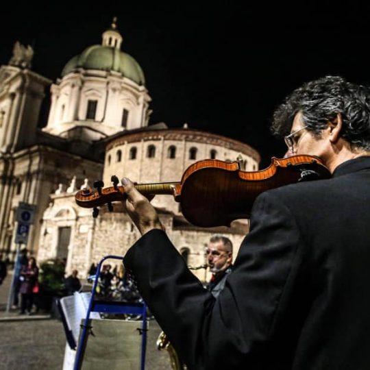 Musicista che suona in Piazza Duomo a Brescia