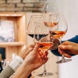 Brindisi con vino della Valtenesi