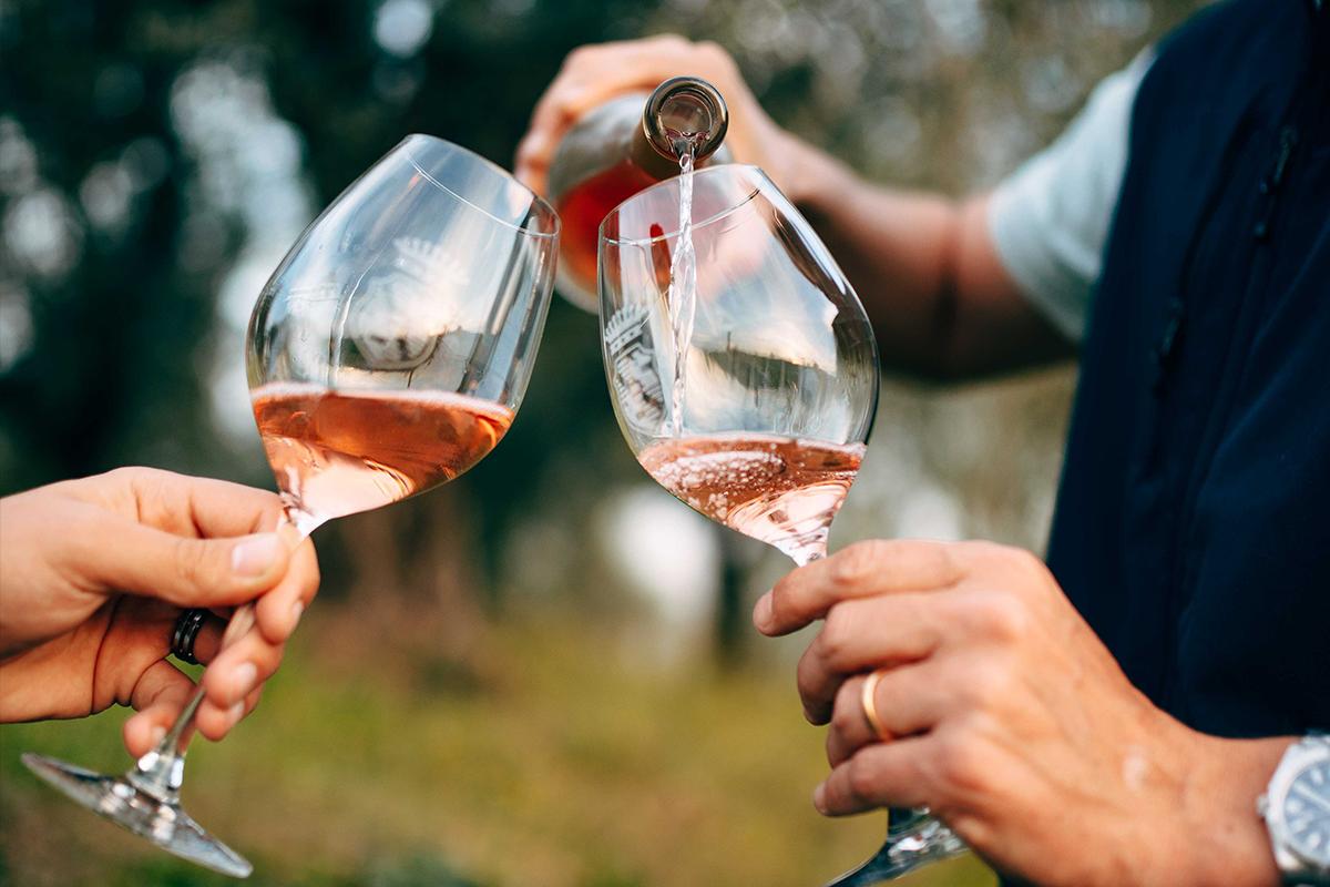 brindisi con vino rosé