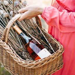 cesto con vino rosè