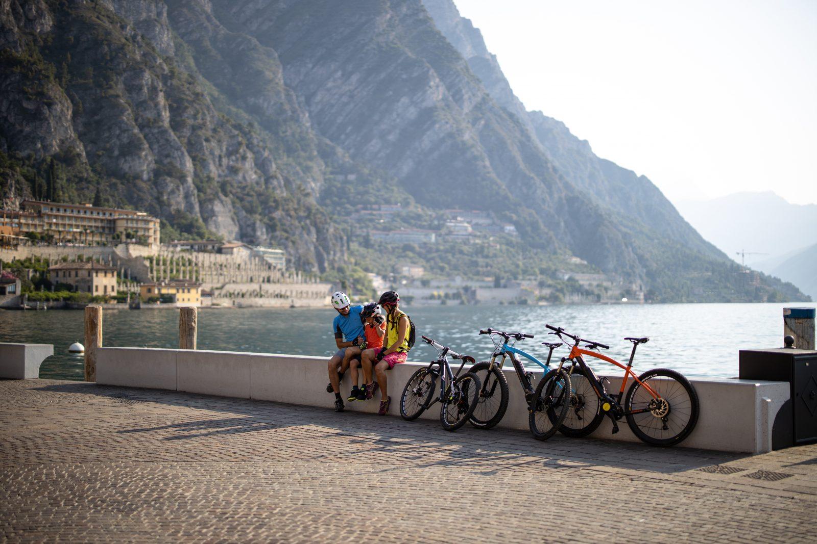 Famiglia in bicicletta sul lago di Garda