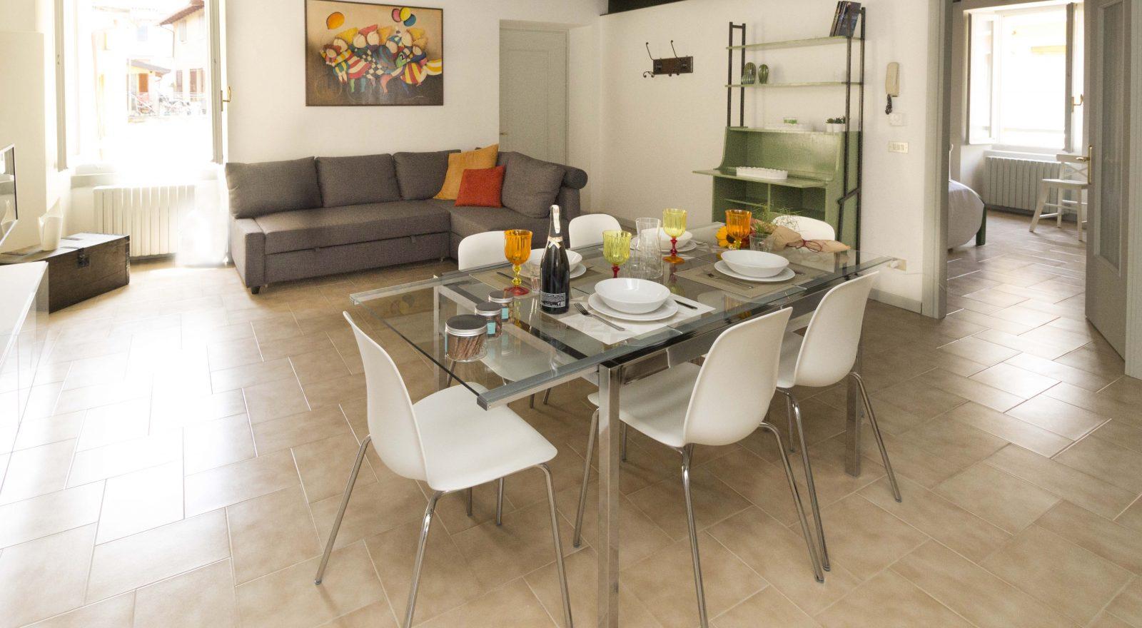 Appartamento Nicchie - Casa Vacanze Iseo Portelle Holiday - soggiorno con tavola