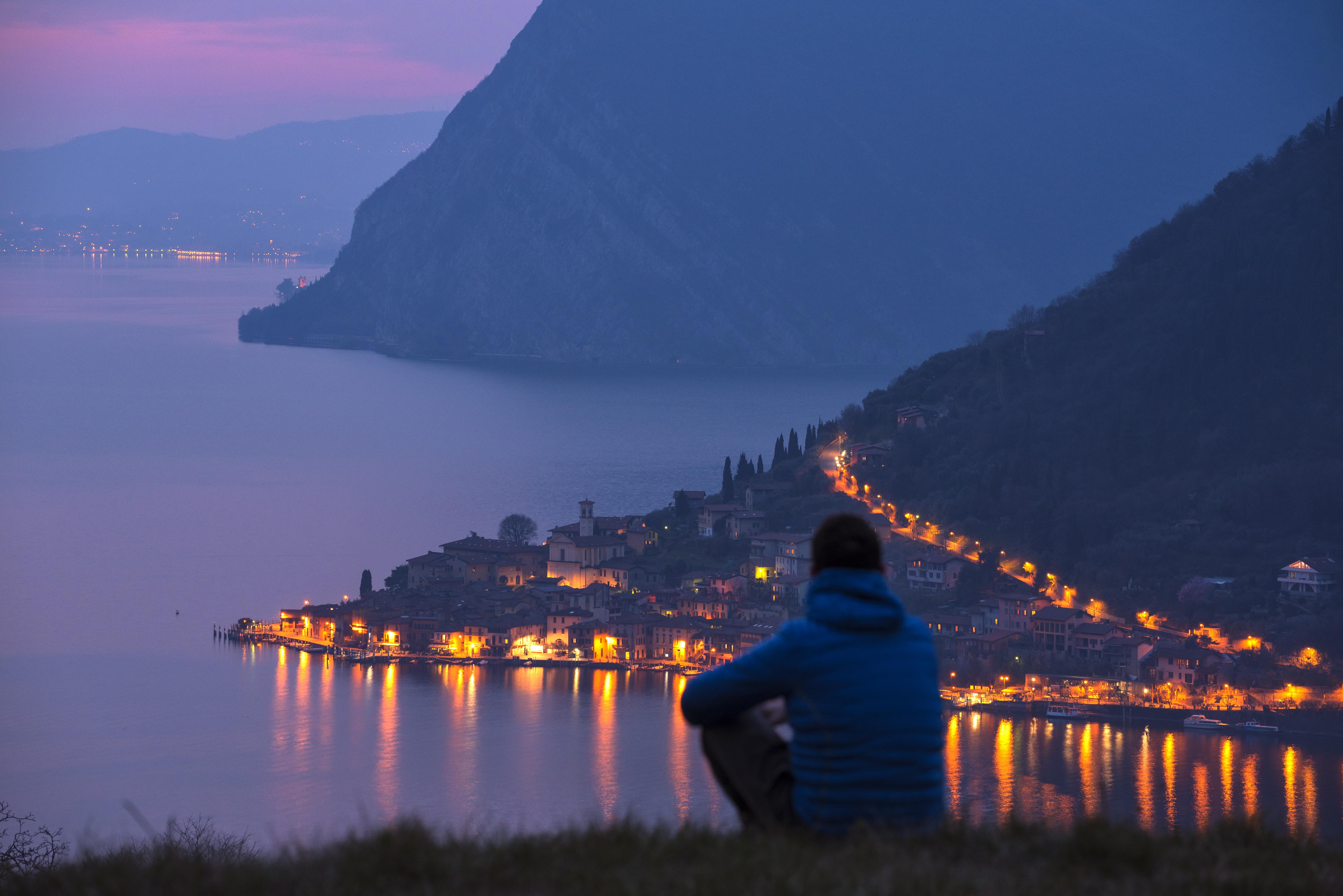 Panorama su Monte Isola al tramonto