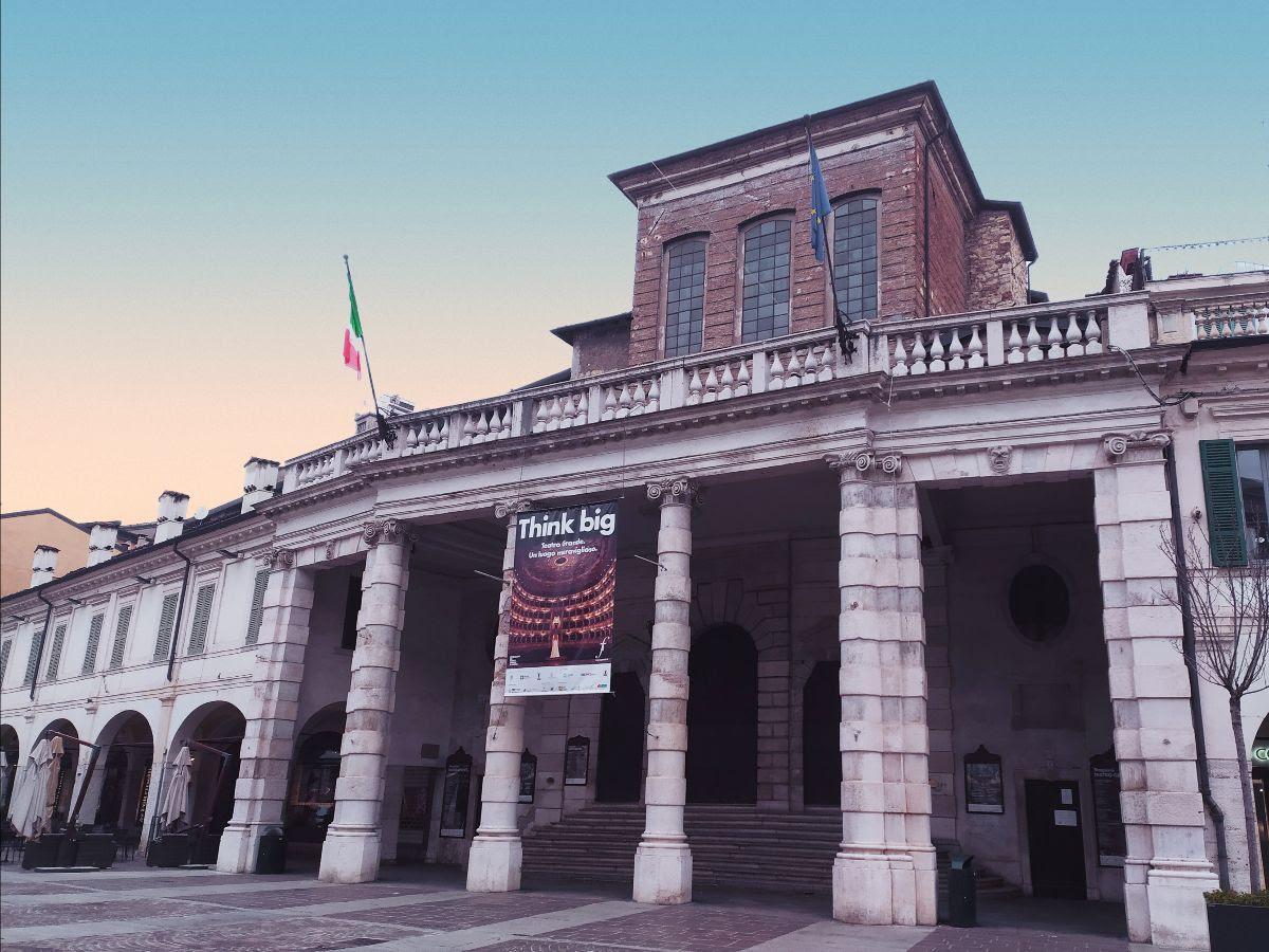 Facciata e terrazza del Teatro Grande di Brescia