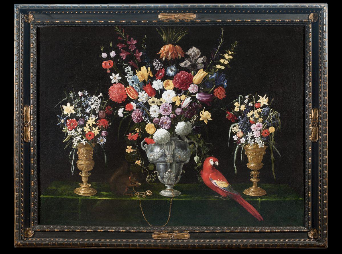 Pittore attivo in Italia, 1625-1630 circa, Natura morta con tre vasi di fiori, scoiattolo e pappagallo su un tavolo, olio su tela